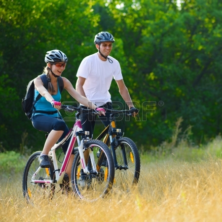 22249381-young-happy-couple-riding-mountain-bikes-outdoor-healthy-lifestyle-concept